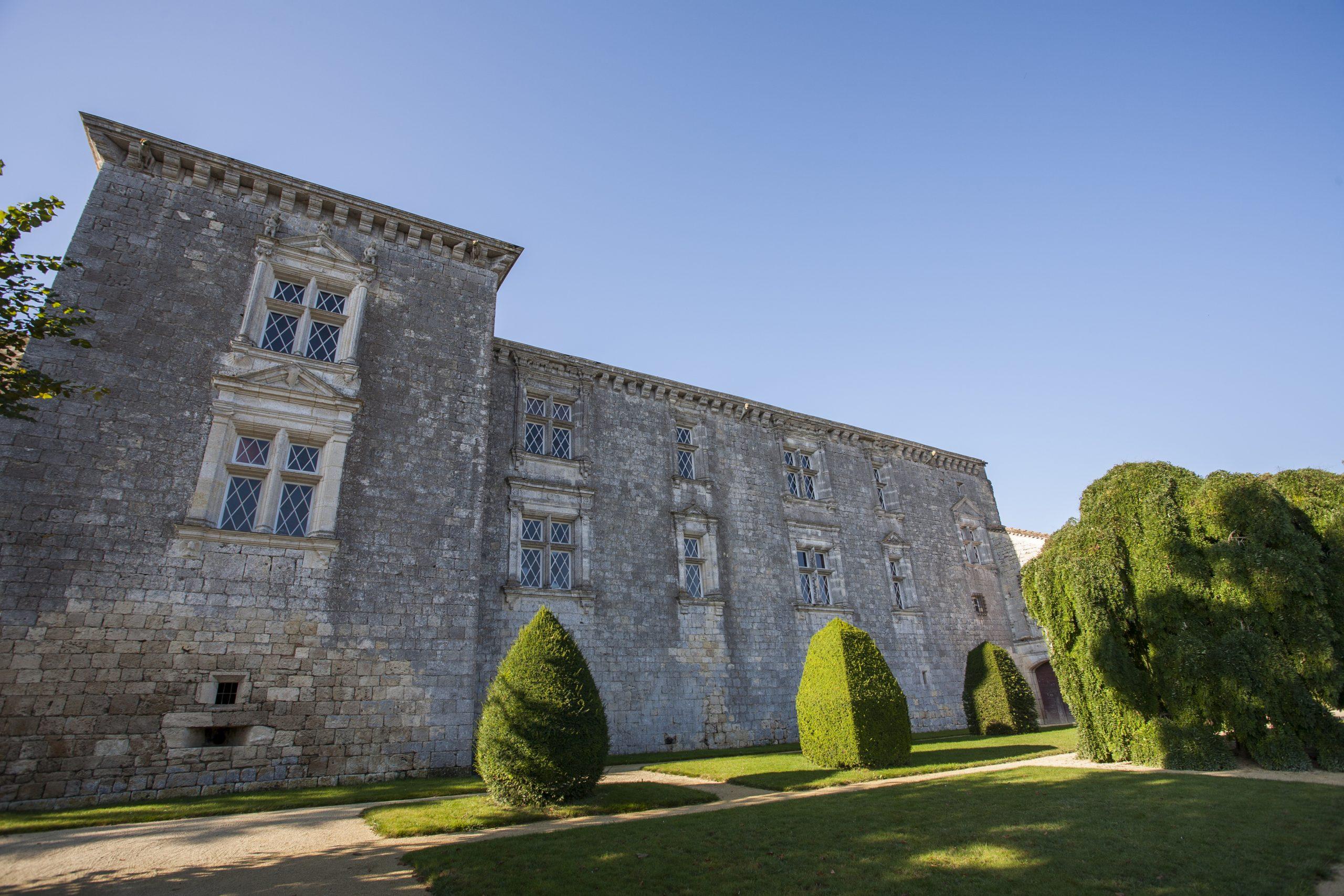 Facade Renaissance château de Gramont