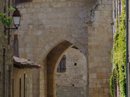 POrche de l'église de Maubec