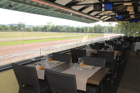 Restaurant panoramique à l'hippodrome de Bordevieille. Beaumont de Lomagne